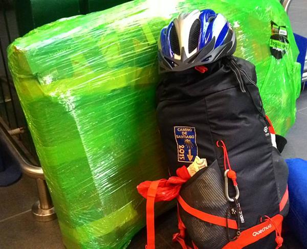 cellofan verde aeroporto imbarco bagaglio bicicletta in aereo.