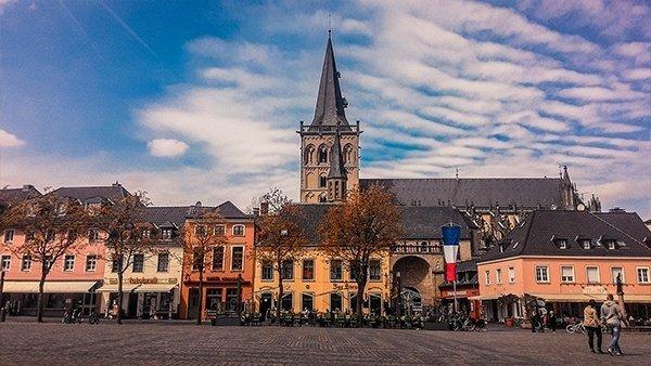 xanten case colorate piazza principale chiesa Viktor Probsteikirche ruhr germania cicloturismo