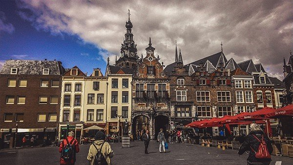 nijmegen piazza mercato architettura olandese viaggio in bicicletta Stevenskerk grote markt
