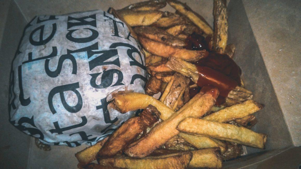 patatine fritte olandesi asporto cartone piatto tipico