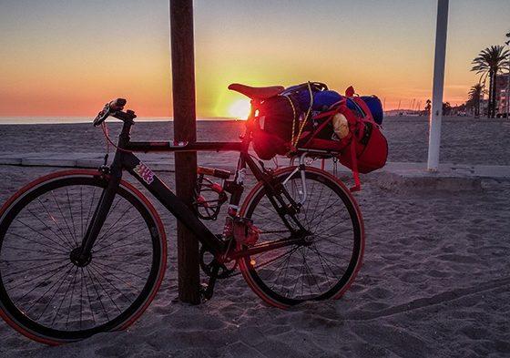 La Cataluña è il paradiso dei ciclisti cicloturismo barcellona spiaggia cataluna spagna in bici