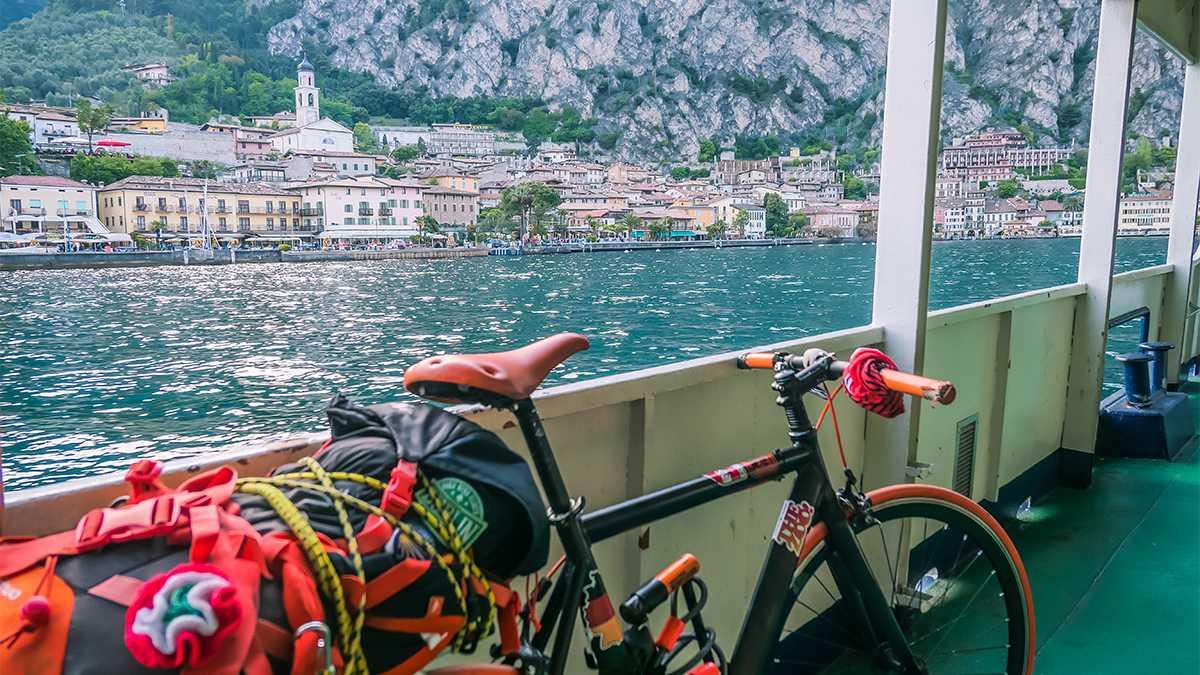 bicicletta traghetto limone lago di garda lombardia
